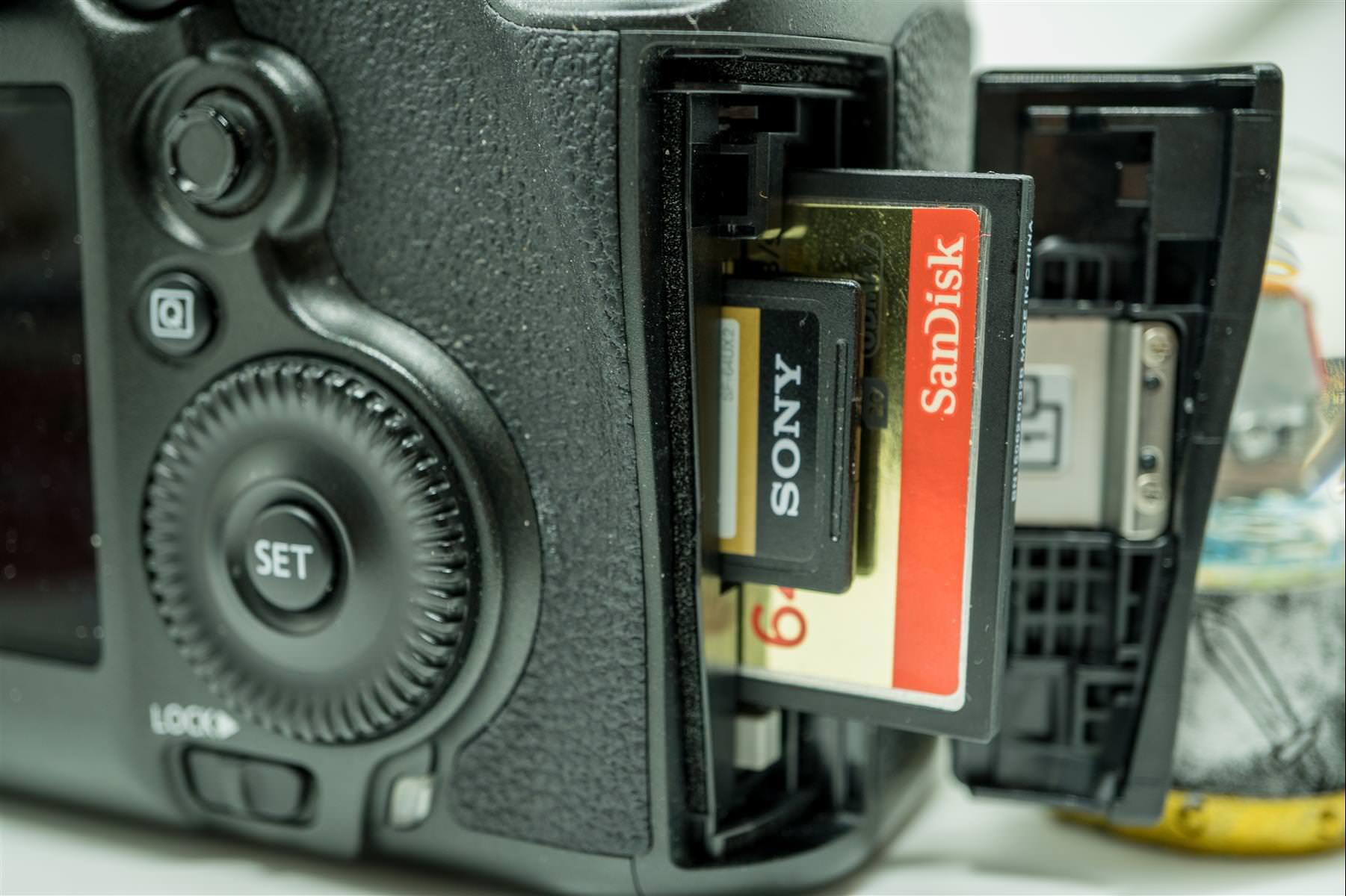 2 個記憶卡插槽
